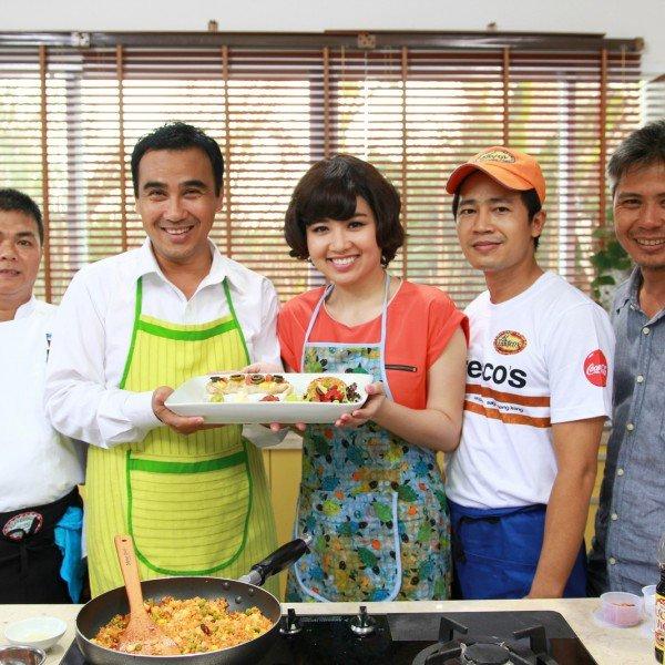 Quyền Linh mặc tạp dề dạy Lê Khánh nấu ăn