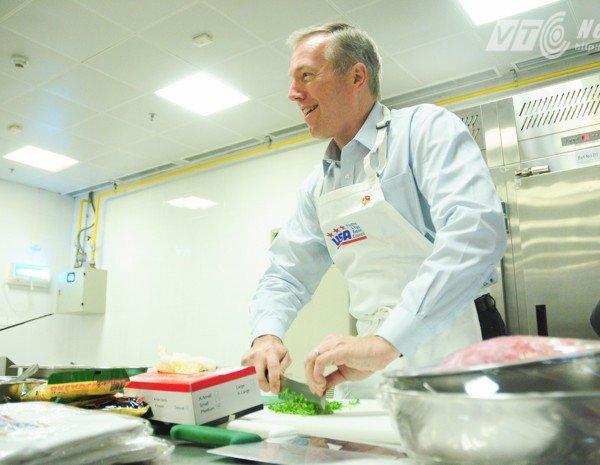 Đại sứ Mỹ mặc tạp dề vào bếp nấu món truyền thống