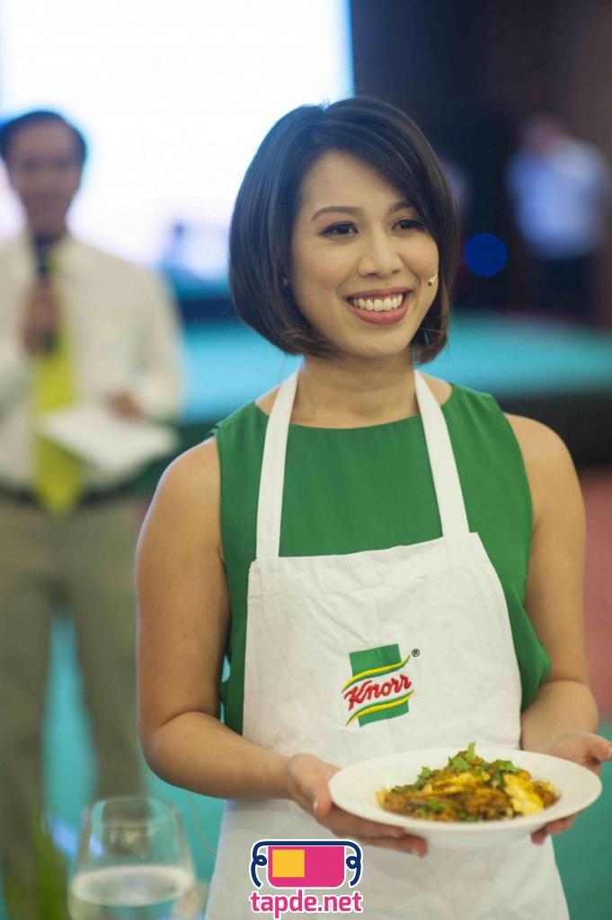 Christine Hà mặc tạp dề trắng