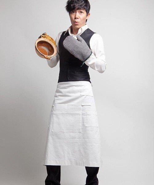 Nathan Lee mặc tạp dề trắng đảm đang vào bếp