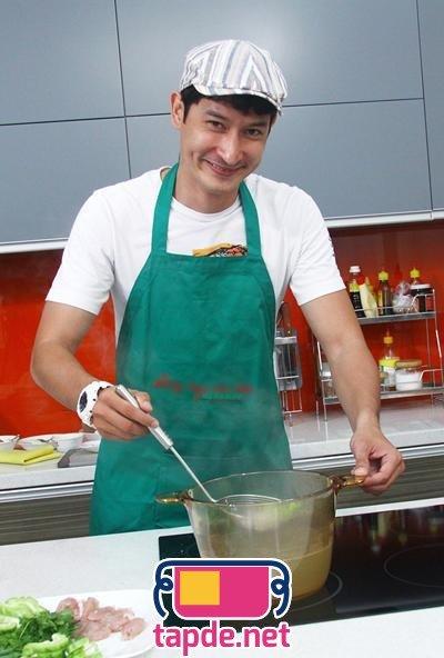 Mặc tạp dề Diễn viên Huy Khánh vào bếp