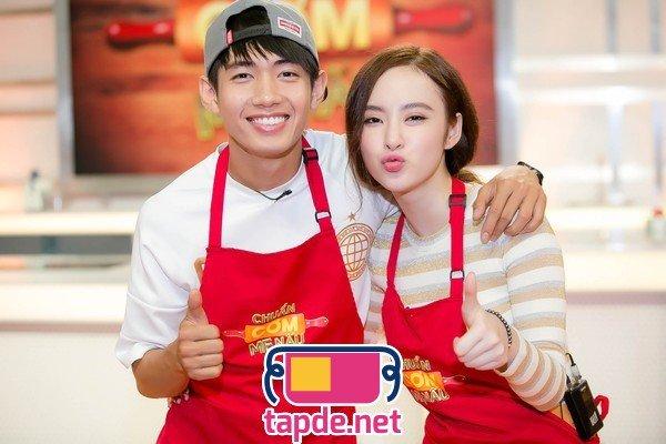 Diện tạp dề đỏ Angela Phương Trinh đảm đang vào bếp cùng mẹ