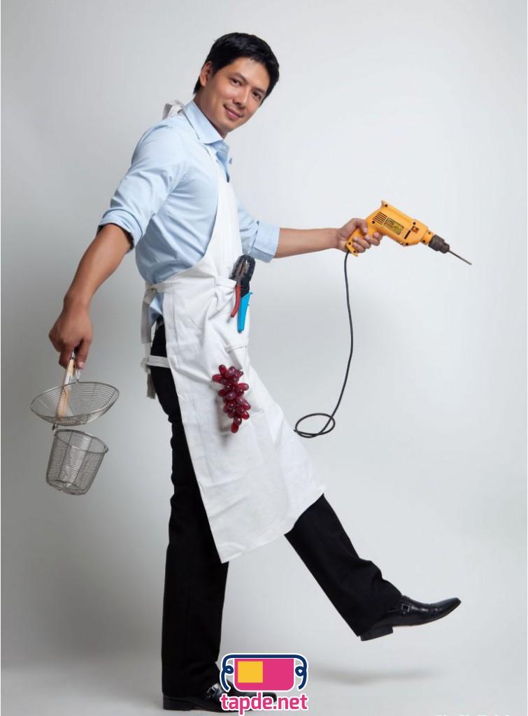 Bình Minh mặc tạp dề trắng nhí nhảnh khi vào bếp