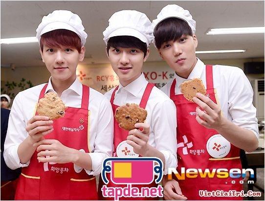 Các thành viên EXO-K cực điển trai khi đeo tạp dề làm bánh