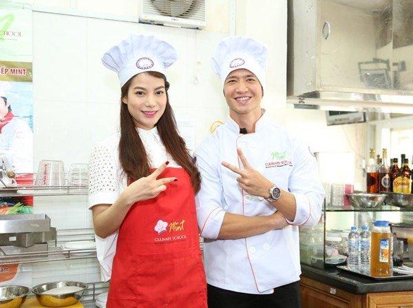 Trương Ngọc Ánh - Kim Lý tình tứ cùng mặc tạp dề vào bếp