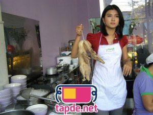 Diễn viên Kim Tuyến mặc tạp dề bán bún vịt