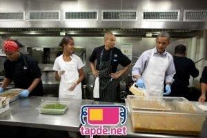 Barack Obama mặc tạp dề vào bếp
